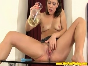 Pissing babe gives herself golden shower free