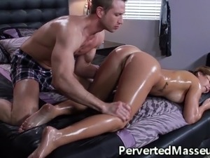 Massagesex babe seduced by masseur