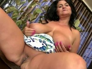Mature sex bomb mom with amazing body