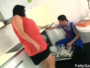 Huge titted chuby girl seduces repairman