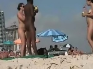 Amateur girls on beach caught on spy cam