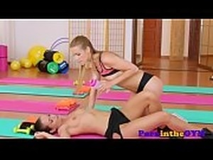 Athletic lesbos seducing pussies in sixtynine