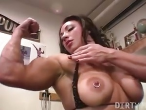 Female bodybuilder BrandiMae works her biceps and pussy
