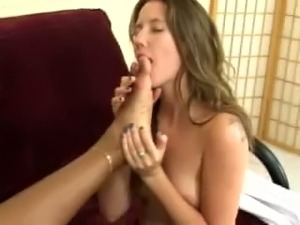 These lesbians love to worship each other's feet and they've got sexy bodies