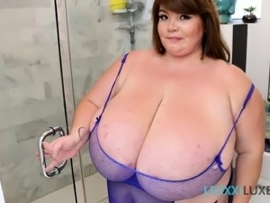 Big Boob BBW Lexxxi Luxe Soaps Up Pussy In the Shower
