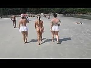 Caiu na net !!! Flagrei 3 atrizes porno safadas na praia. Sera que elas me...